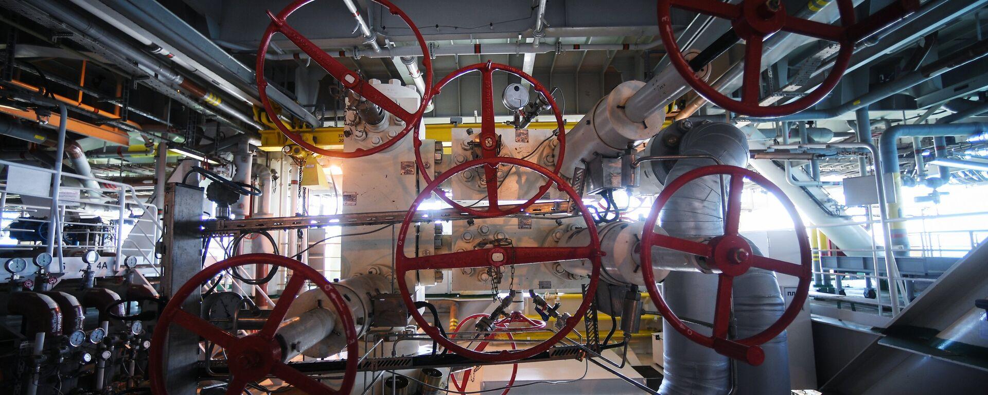 La maquinaria de una plataforma rusa instalada en un yacimiento de petróleo y gas - Sputnik Mundo, 1920, 20.05.2021