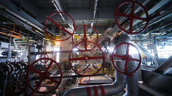 La maquinaria de una plataforma rusa instalada en un yacimiento de petróleo y gas - Sputnik Mundo
