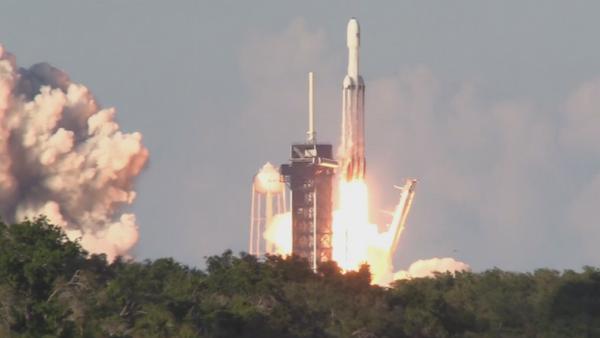 El lanzamiento del cohete portador triple Falcon Heavy - Sputnik Mundo