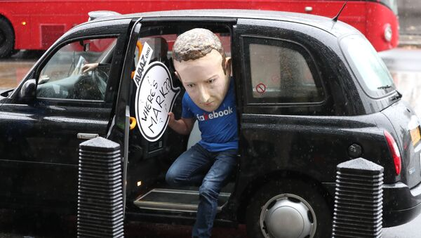 Un hombre con una máscara de Mark Zuckerberg - Sputnik Mundo