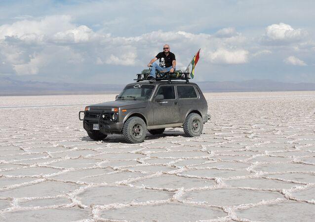 Patrick Argote en el salar de Uyuni