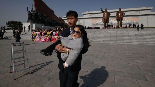 Lágrimas y bailes con motivo del Día del Sol en Corea del Norte - Sputnik Mundo