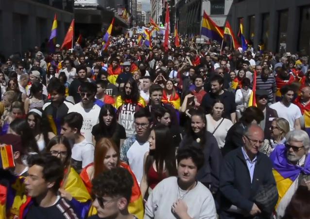 Más de un millar de personas marchan contra la monarquía en Madrid