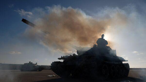 Un tanque del Ejército Nacional Libio (ENL) bajo el mando de Haftar - Sputnik Mundo