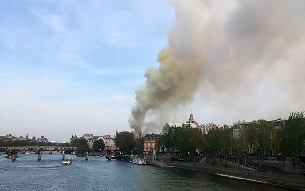 Incendio en la catedral parisina de Notre-Dame - Sputnik Mundo