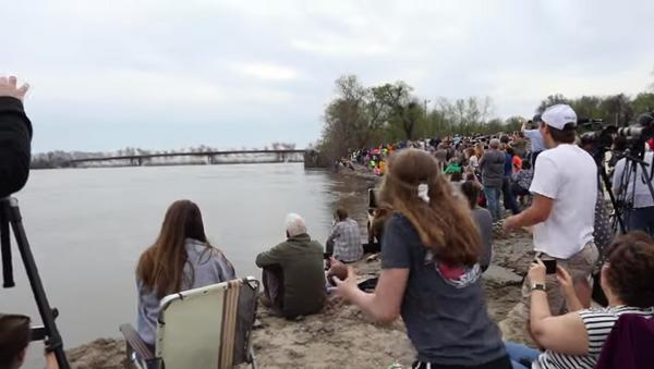 La gente se reúne para ver la demolición de un puente sobre el río Misuri - Sputnik Mundo