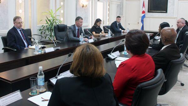Dmitri Áristov, director del FBS, con funcionarios del Tribunal Supremo Popular de Cuba - Sputnik Mundo