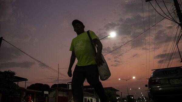Miembro de caravana migrante camina en las calles de Huehuetán, Chiapas, México - Sputnik Mundo