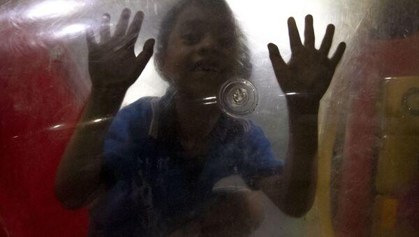 """Niño de la caravana migrante juega en el """"Teatro del Pueblo"""" de Huehuetán, Chiapas, México - Sputnik Mundo"""