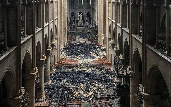 El interior de la catedral de Notre Dame de París tras el incendio - Sputnik Mundo