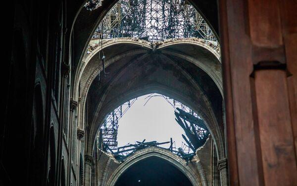 El techo de la catedral de Notre Dame tras el incendio - Sputnik Mundo