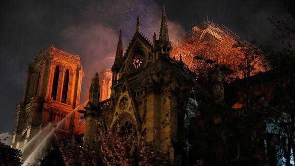 La catedral de Notre Dame de París, en llamas - Sputnik Mundo