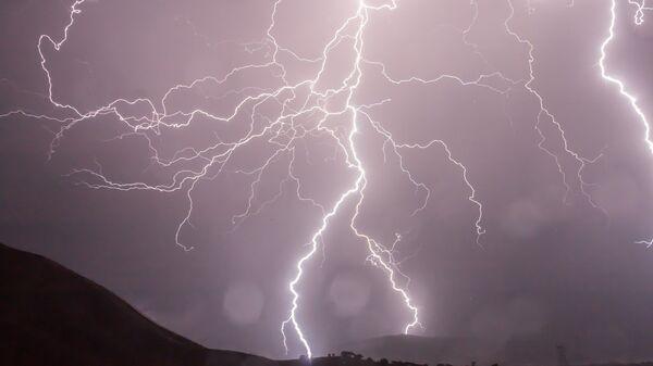 Una tormenta eléctrica (imagen referencial) - Sputnik Mundo