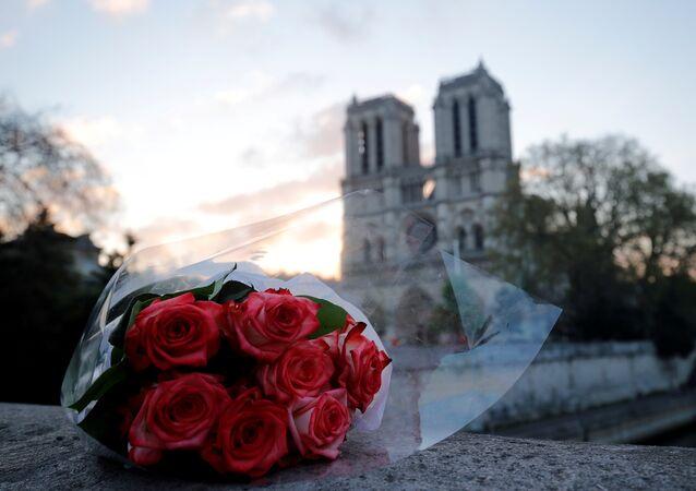 Un ramo de flores cerca de la catedral parisina de Notre Dame