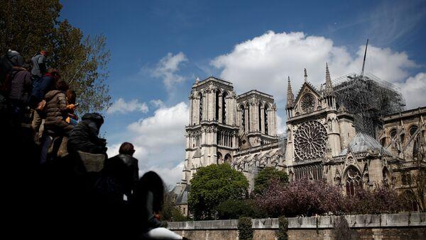 La gente mira la catedral de Notre Dame - Sputnik Mundo