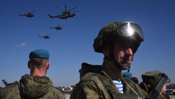 Тяжелый транспортный вертолёт Ми-26 и многоцелевые вертолёты Ми-8 на репетиции воздушной части парада Победы над военным полигоном Алабино - Sputnik Mundo