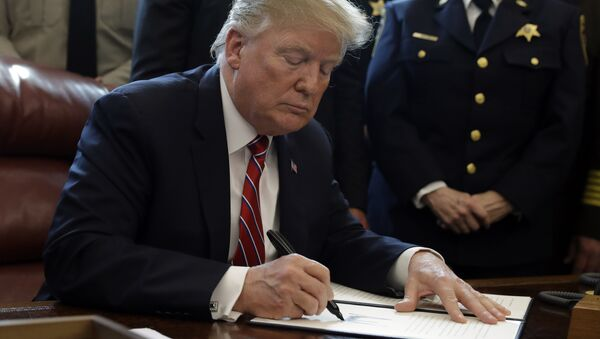 Trump firma un documento - Sputnik Mundo