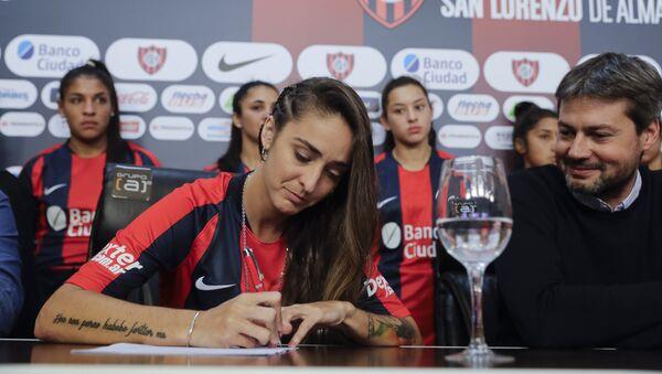 La jugadora argentina Macarena Sánchez firmó el 12 de abril un contrato profesional en el club de fútbol San Lorenzo  - Sputnik Mundo