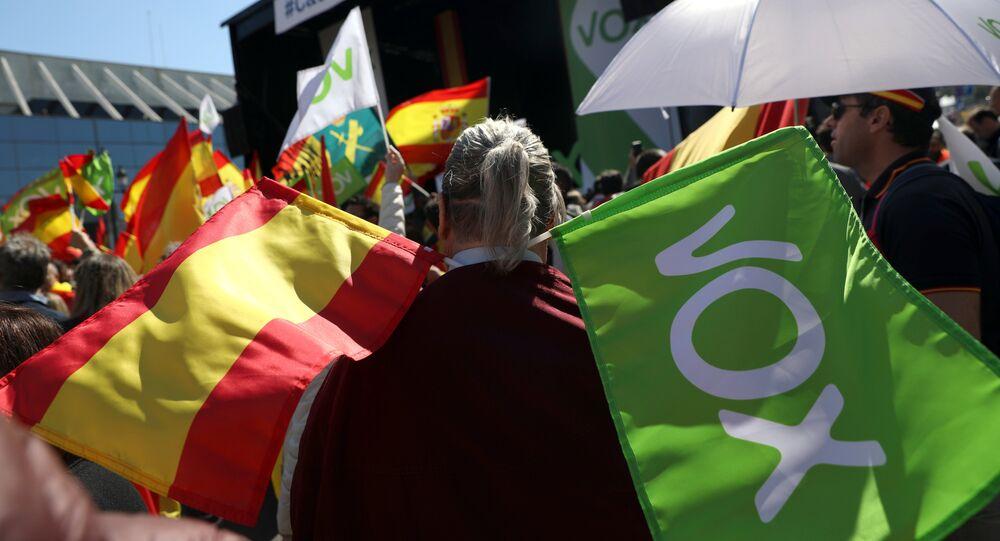 Las banderas de España y del partido Vox