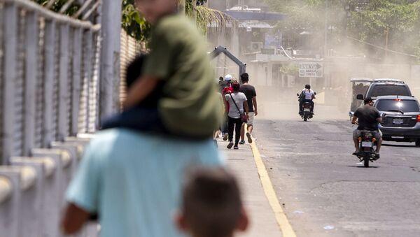 Tecún Umán, Guatemala. Migrantes caminan por el puente Rodolfo Robles, para iniciar su solicitud de visa humanitaria - Sputnik Mundo