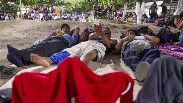 Tres ex-militares tirados en el pasto del Teatro del Pueblo, Huehuetán, Chiapas, México - Sputnik Mundo