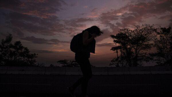 Tapachula, Chiapas. Mujer camina en la carretera México 200 rumbo al norte del país. - Sputnik Mundo