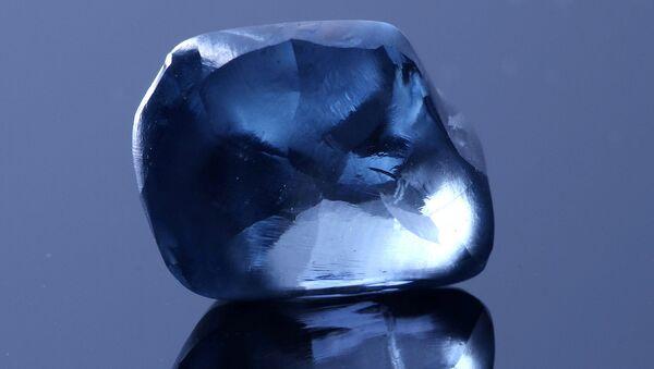 El diamante azul Okavango Blue, antes del proceso de pulido - Sputnik Mundo