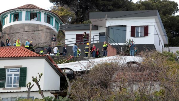 Equipos forense y de rescate tras el accidente de un autobús en Madeira, Portugal - Sputnik Mundo