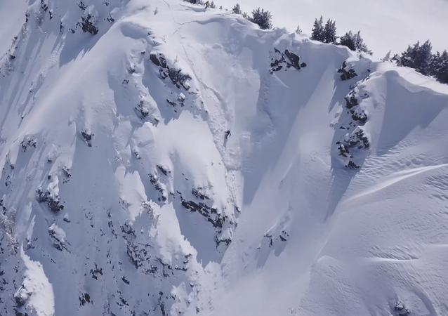 Un 'snowboarder' español casi es engullido por un alud (vídeo)