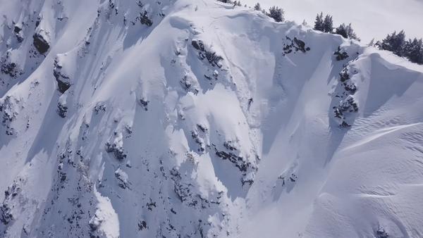 Un 'snowboarder' español casi es engullido por un alud (vídeo) - Sputnik Mundo