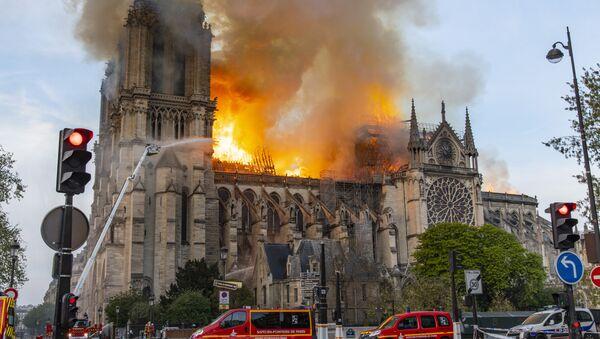 La catedral de Notre Dame de París en llamas - Sputnik Mundo