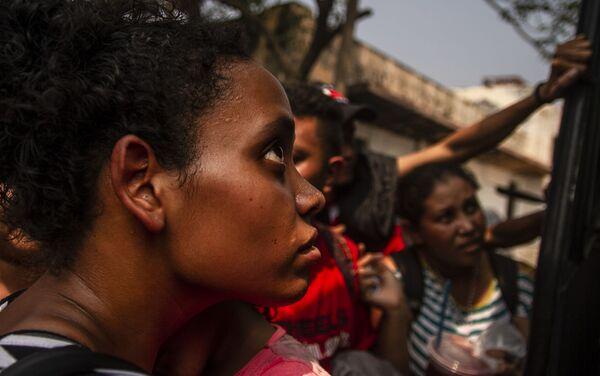 Tapachula, Chiapas. Cubana ingresa a uno de los autobuses que alquilaron para salir en caravana hacia la frontera norte - Sputnik Mundo