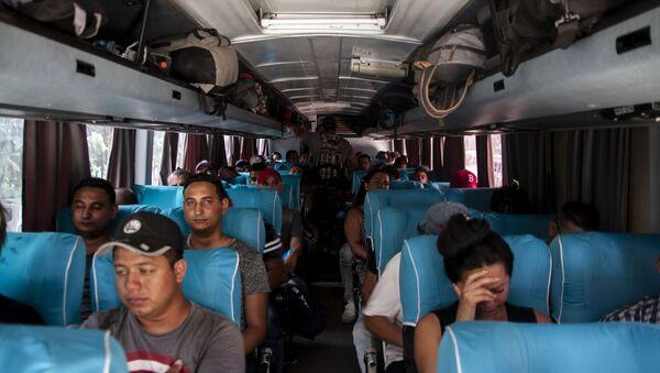Tapachula, Chiapas. Cubanos en los autobuses que rentaron para salir en el Vía Crucis cubano a la frontera norte - Sputnik Mundo
