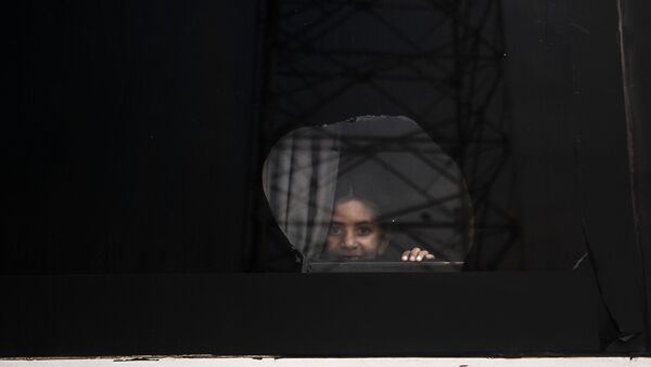Tapachula, Chiapas. Niña en la ventana de los autobuses del Vía Crucis cubano rumbo a la frontera norte - Sputnik Mundo