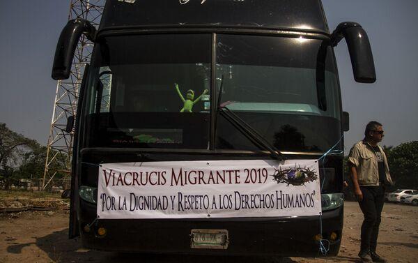 Tapachula, Chiapas. Autobuses rentados por un grupo de cubanos que salió en Vía Crucis cubano rumbo a la frontera norte - Sputnik Mundo