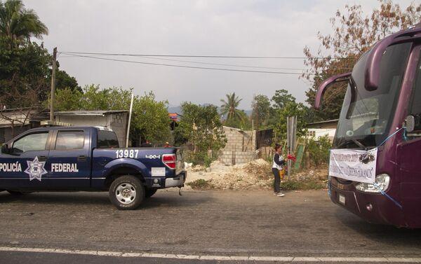 Huixtla, Chiapas. Policía federal retiene los autobuses del Vía Crucis de cubanos - Sputnik Mundo