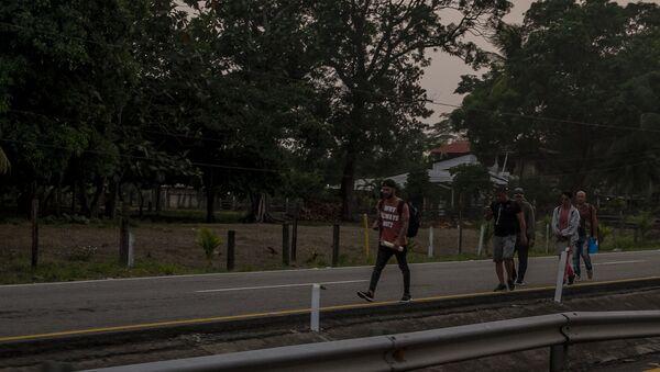 Huixtla, Chiapas. Cubanos regresan caminando tras ser retenidos por autoridades en la aduana de Huixtla - Sputnik Mundo