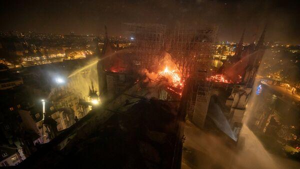 La catredral de Notre Dame en llamas - Sputnik Mundo