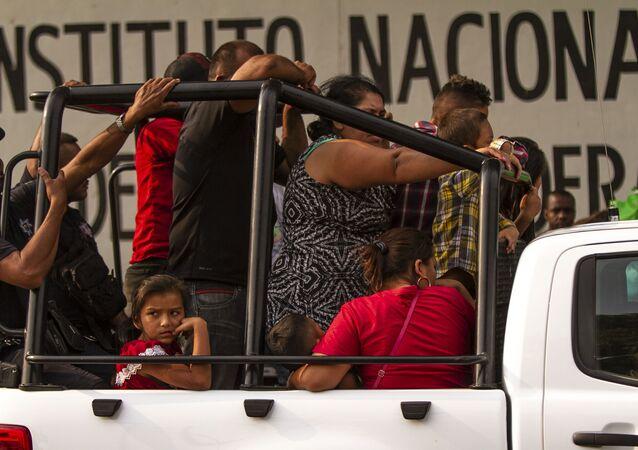 Tapachula, Chiapas: Grupo de migrantes detenidos y trasladados a la estación migratoria Siglo XXI
