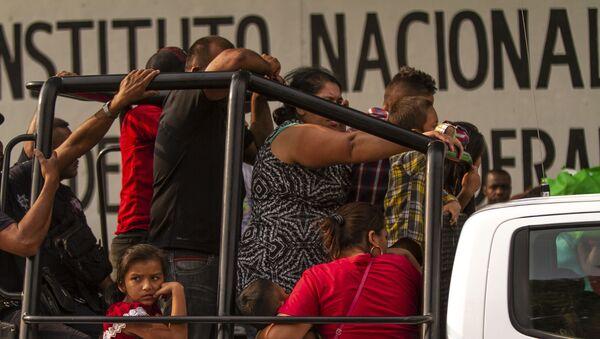 Tapachula, Chiapas: Grupo de migrantes detenidos y trasladados a la estación migratoria Siglo XXI - Sputnik Mundo