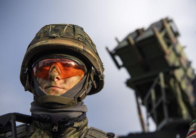 Un soldado alemán al lado del sistema estadounidense Patriot