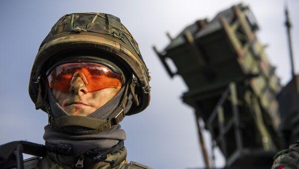 Un soldado alemán al lado del sistema estadounidense Patriot - Sputnik Mundo