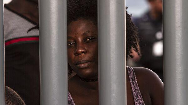 Tapachula, Chiapas: Mujer haitiana espera que le resuelvan su situación migratoria en la Estación Siglo XXI - Sputnik Mundo