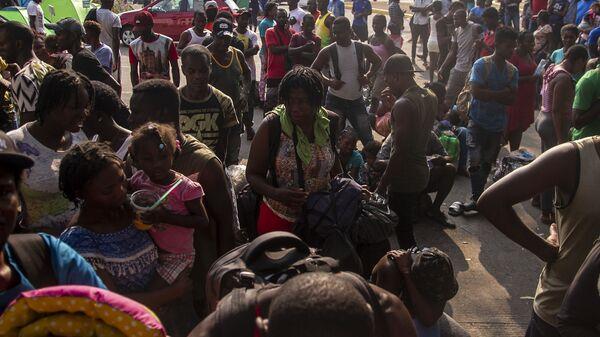 Tapachula, Chiapas: Cientos de migrantes, muchos de ellos haitianos, esperan que les resuelvan su situación migratoria en la estación Siglo XXI - Sputnik Mundo