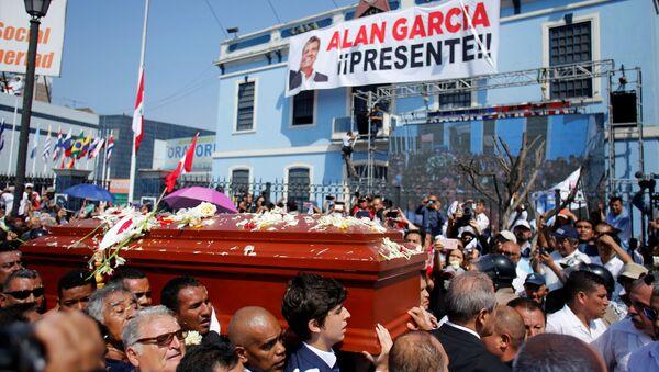 Centenares de peruanos asisten al funeral de Alan García - Sputnik Mundo