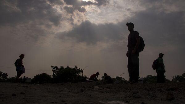 Huixtla, Chiapas: Migrantes del éxodo centroamericano descansan para seguir su camino a EEUU - Sputnik Mundo
