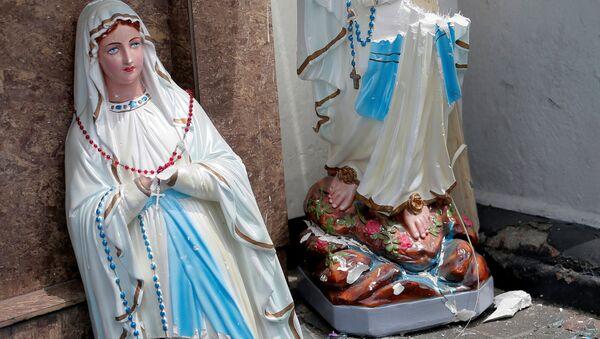 Una estatua de la Virgen María rota en dos frente a la iglesia de San Antonio de Kochchikade, Colombo - Sputnik Mundo