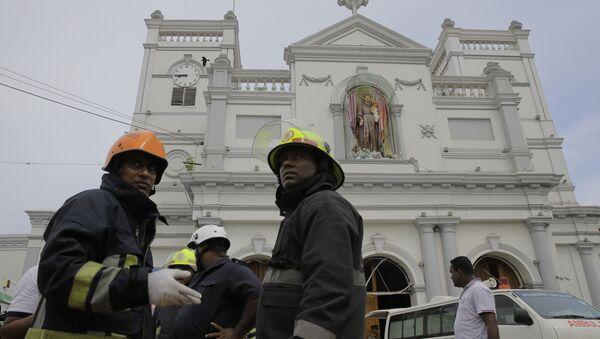Bomberos cerca de la iglesia de San Antonio de Kochchikade en Colombo, Sri Lanka - Sputnik Mundo