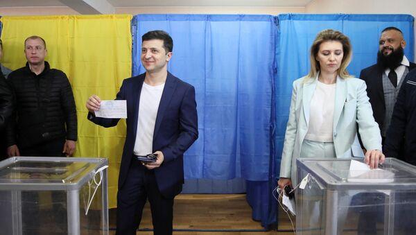 Volodímir Zelenski, candidato a la Presidencia de Ucrania, y su esposa Olena - Sputnik Mundo