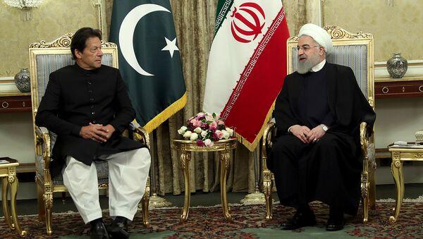 El primer ministro de Pakistán, Imran Khan, y el presidente de Irán, Hasan Rohaní - Sputnik Mundo